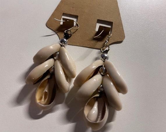 """The """"Shell"""" Earrings dangle"""