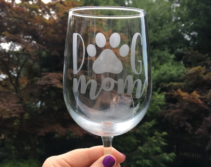 Dog Mom Etched Wine Glass