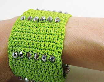 Super Stylesbracelet green textile cuff with faceted glass beads