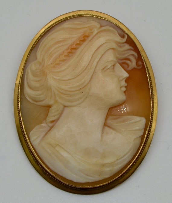 Vintage Antique Shell Cameo in 18kt Yellow Gold Brooch / Pin / Pendant