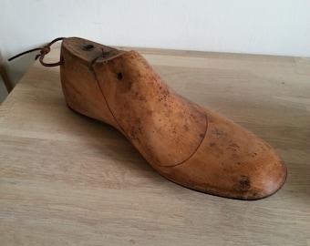 92e7b697a9f4e0 Embauchoir en bois français ancien année 50-forme chaussure vintage.  Accessoires industriel. Semelle fer.