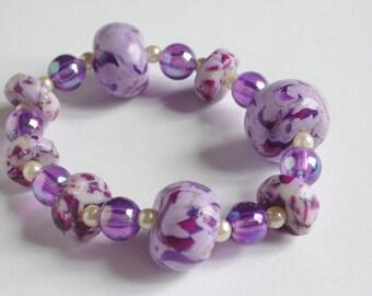 Elastic bracelet with purple beads