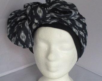 Turban préformé, foulard cheveux, chapeau chimio bleu marine à motifs  blancs sur un bandeau bleu marine à longs pans 5fdfa6949b8