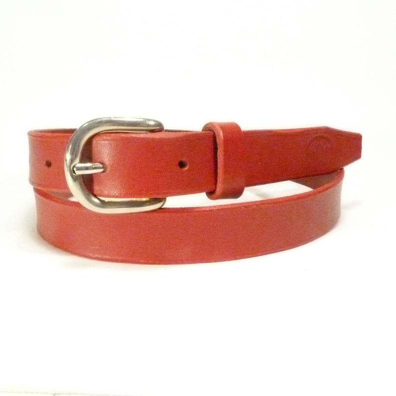 d5d0005ca7 Ceinture rouge femme 25mm, plein cuir, boucle nickel brillant, ceinture  artisanale, cuir sellier, tannage végétal, cousue main