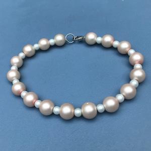 Macrium bracelet with Facett beads dark blue Gold