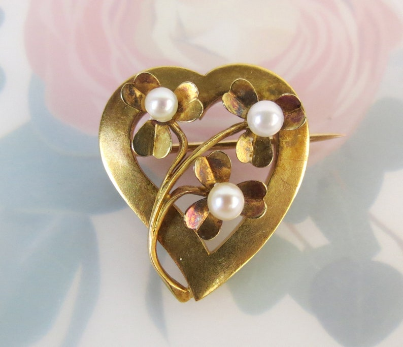 Vintage heart brooch in 14k yellow gold with three natural pearl forget me not flowers