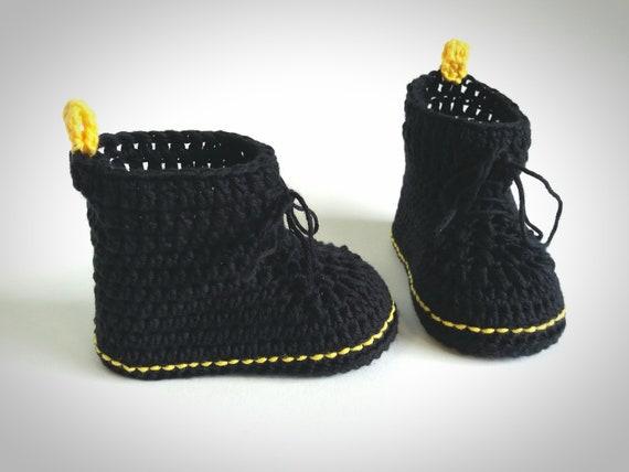 Crochet baby booties. Black baby shoes