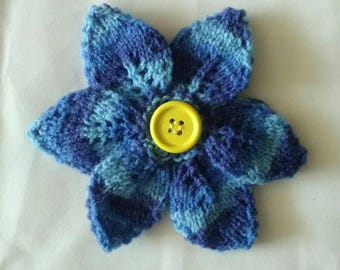 Flower brooch with 6 petals and wooden button