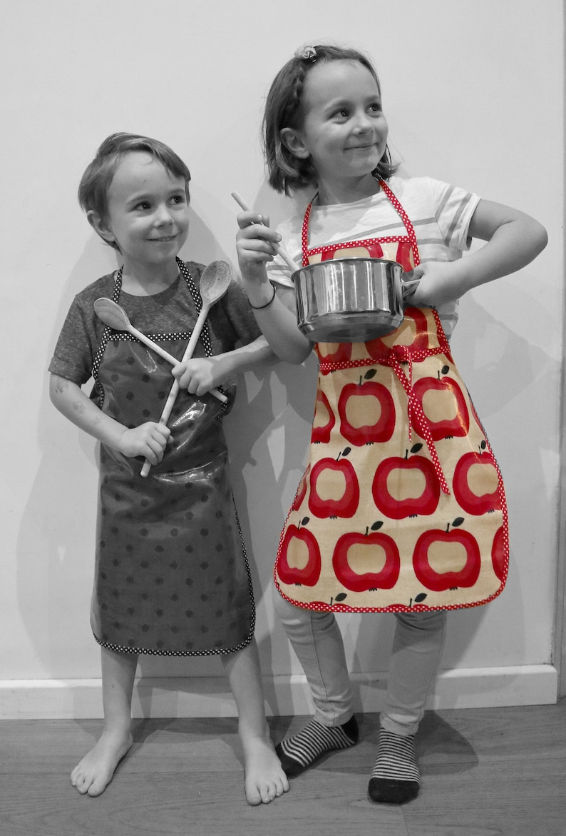 Children's cotton apron in large apples polycoton bias image 0