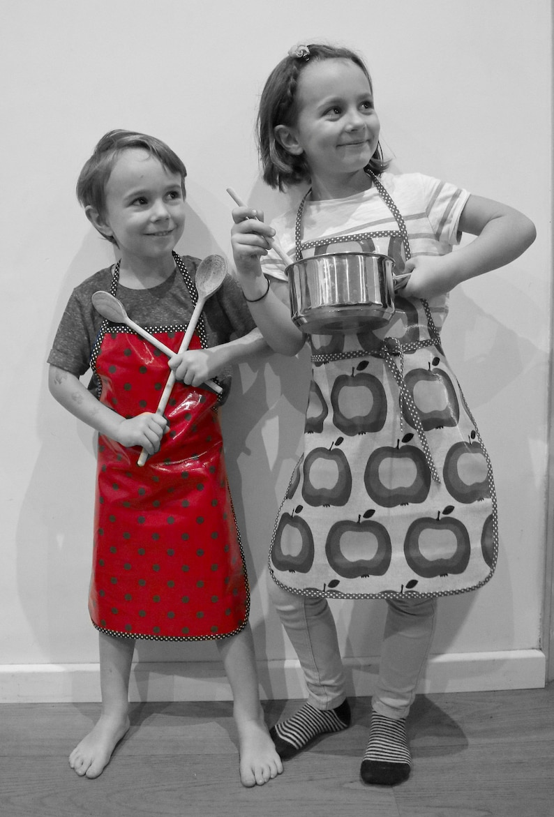 Children's cotton apron red-encased with black polka dots image 0