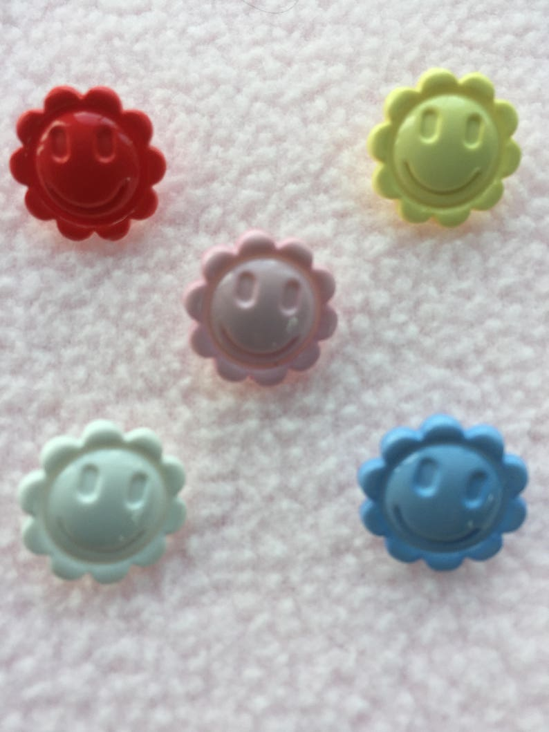 CRAFT// BABIES Approx 15mm 5 x WHITE SMILEY FACE BUTTONS ~ 24L