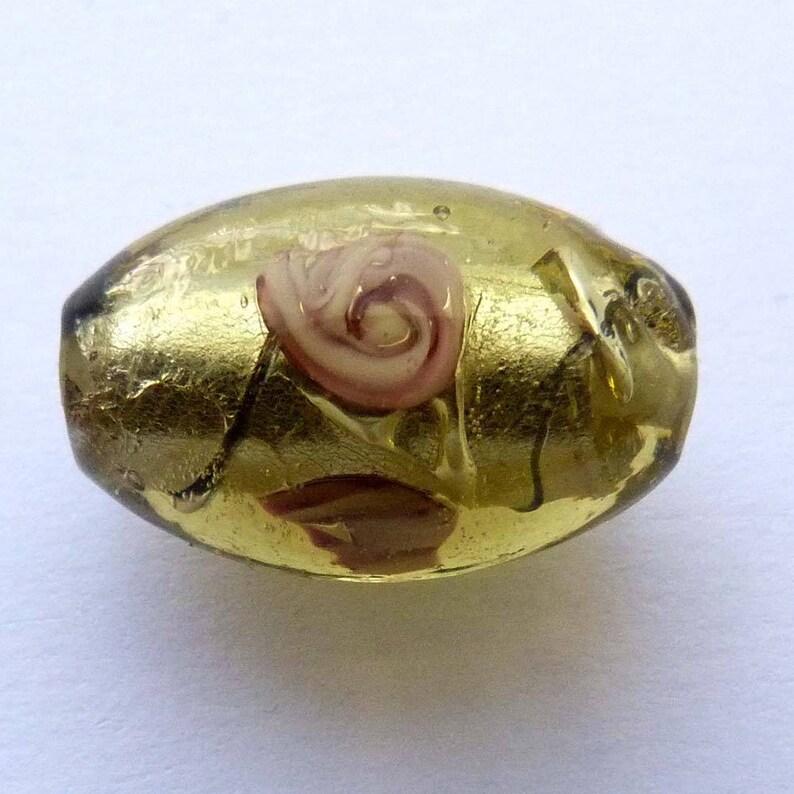 6 perles ovales verre façon murano vert mordoré inclusion noire fleurs rose