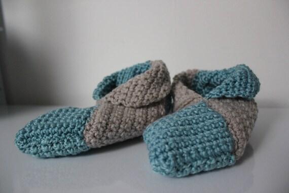 chaussons en laine bleu clair et gris au crochet taille 34-35