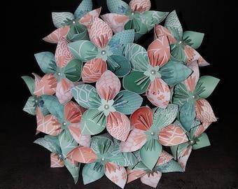 Exemple Ensemble Bouquets mariée corail et vert menthe avec sa boutonnière et une fleur à l'unité