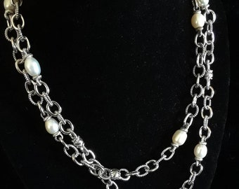 Textured silver chain and pearl necklace