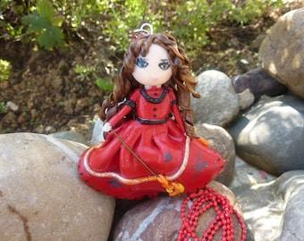 Collier poupée rouge , en pâte Fimo