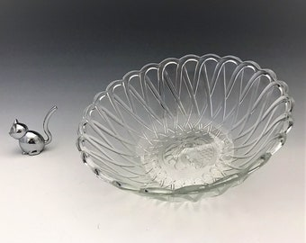 Indiana Glass #622 Pretzel Pattern - 9 1/2 Inch Berry Bowl - Fruit Intaglio Center