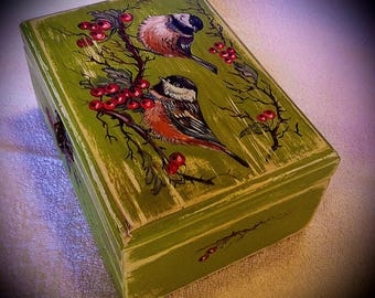 Box for small things with two birds on the top. Style: Shabby-chic.