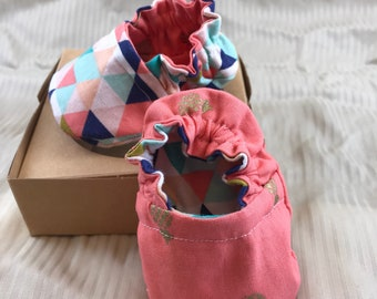 Reversible crib shoes: Triangles and Pineapples