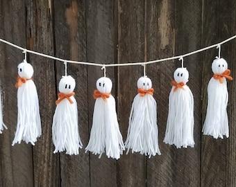 Little ghosts yarn tassel garland / Halloween party decorations, Fall home decor