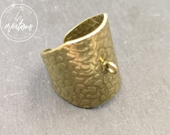 Support hammered signet ring (Giraffe style)) 21mm wide with brass ring brass finish