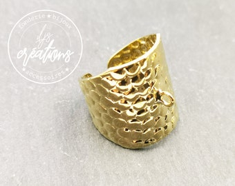 21mm wide hammered ring holder with gold finish brass ring