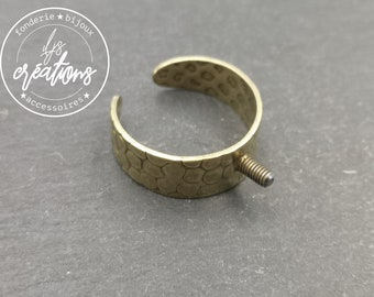 Hammered ring holder (Cheetah) 8mm with 5x2.5mm brass screw brass finish