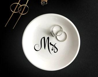 Personalized Ring Dish, Mrs Ring Dish, Custom Wedding Ring Dish, Engagement Gift, Wedding Gift, Round Ring Dish