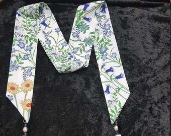 3dba4f15436c Collier écharpe motif semis de fleurs avec pompons