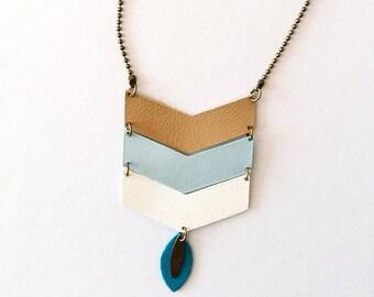 Collier sautoir Chevrons - Cuir taupe, bleu ciel et écru et métal bronze - Agathe et Ana