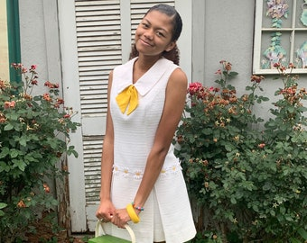 A La Mode Vintage 60's Daisy Trimmed White Sleeveless Summer Mini  Dress