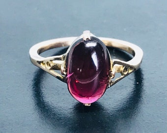 Deep red Oval Garnet ring in 9ct gold