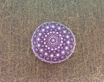 Mandala-Stone Lilac - handpainted mandala-stone as a gift for a loved one, for meditation, yoga or decoration