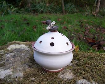 "Burn-incense ceramic white ""Earth and jewelry"""
