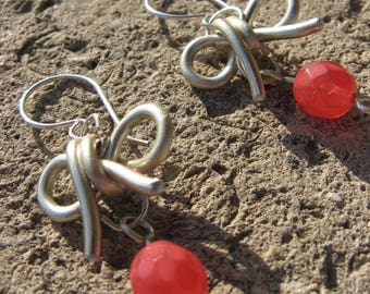 """""""Small knot"""" aluminum gold coral earrings"""