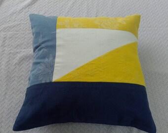 Coussin motif géométrique jaune bleu blanc