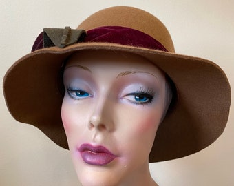 Wool felt fedora in light brown camel with rose accent