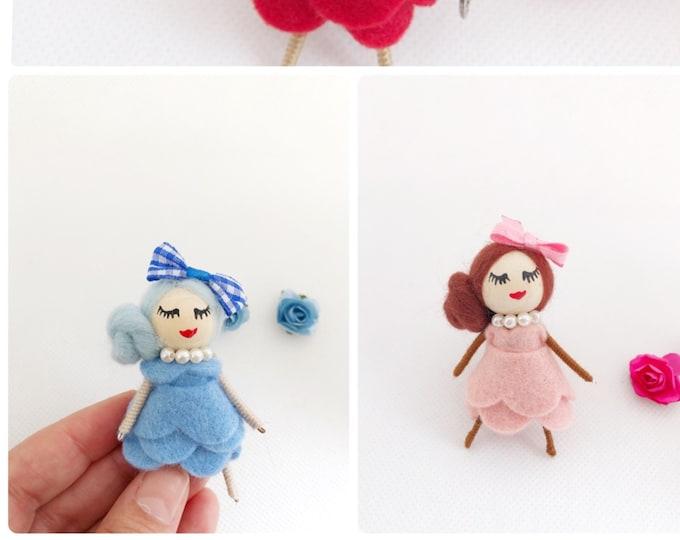 Muñecas broche en fieltro de diferentes colores, regalo para chicas, broches para niñas, regalos personalizados para invitados