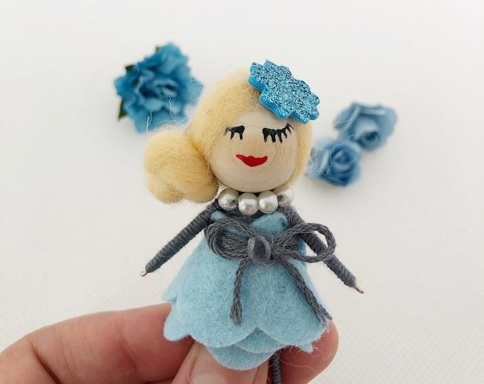 Muñeca broche con vestido de fieltro , muñeca con fieltro