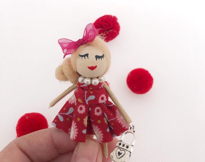 Muñeca broche en color rojo , muñeca en miniatura