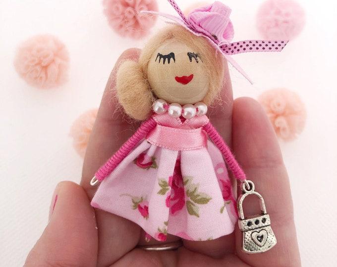 Muñeca broche en color rosa , broche personalizado para niñas y mayores