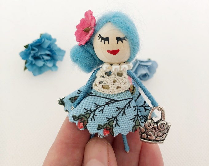 Muñeca de bolsillo en color azul , mini muñeca broche para niñas