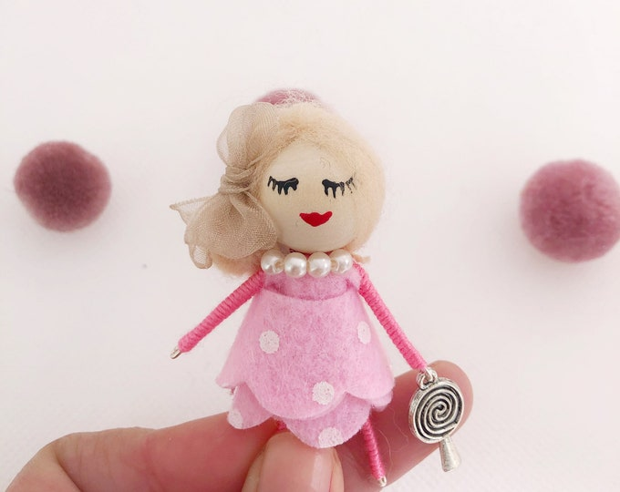 Broche caramelo , muñeca broche en color rosa , broche de fieltro
