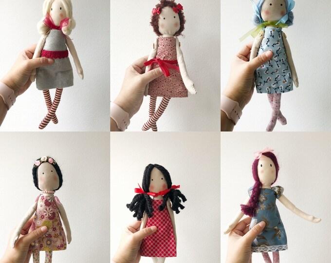 Muñeca de trapo en varios colores