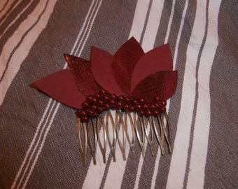 Comb hair adorned with leaves and pearls
