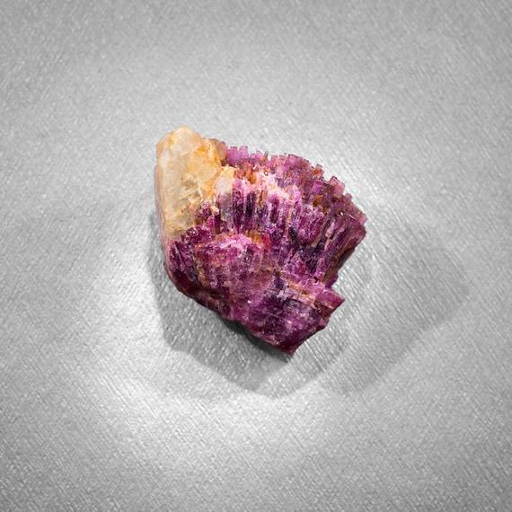 Rubellite • cristallisation sur quartz • x pierre naturelle • 35mm x • 26mm • 18 grammes • Minéral de collection • Madagascar b26033