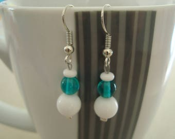 Pair of earrings, emerald green and white