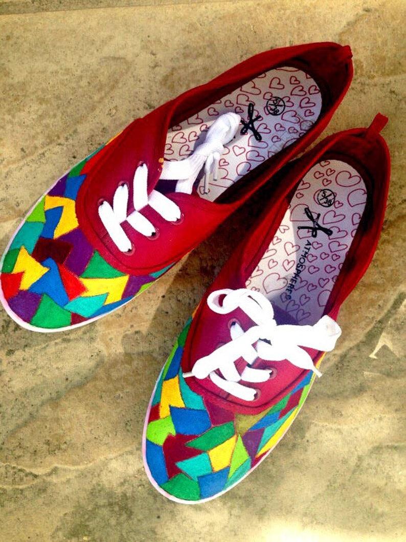 sneakers for cheap a610f 13583 A mano astratto dipinto scarpe. Cubista dipinto scarpe da ginnastica per le  donne. Grande disegno variopinto. Reticolo di mosaico geometrico. Il ...