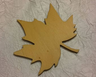plane in natural wood stained in a yellow leaf. 16 cm.