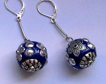 BUCKLES of ears lever-blue and silver kashmiri beads